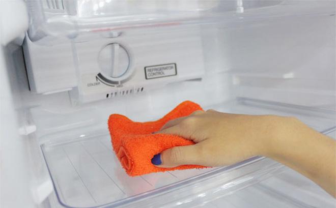 Khi bạn sử dụng tủ lạnh đã lâu, tủ lạnh nhà bạn đã có dấu hiệu hư hỏng như bị đọng nước, tuyết trên ngăn đá. Nên thế đến với bài viết ngày hôm nay chúng ta cùng tìm hiểu các khắc phục khi tủ lạnh bị đọng nước, tuyết trên ngăn đá.